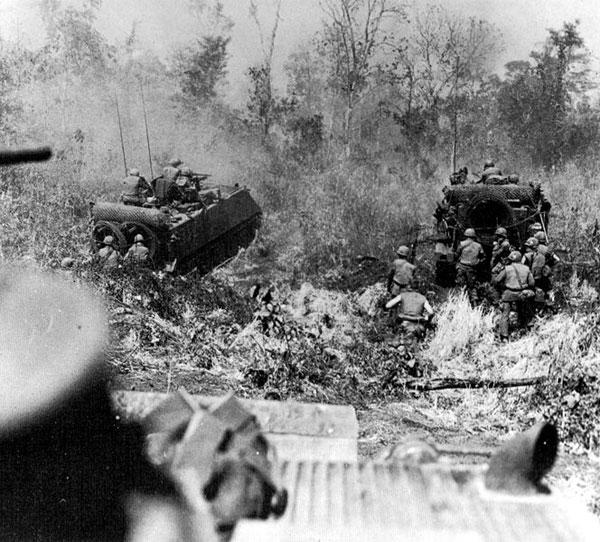 (좌)M113에 탔던 보병들이 전투를 위해 신속 하차하는 모습<br /> (우)보병 탑승 구역