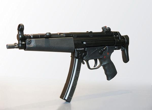 아덴만 여명작전 당시 납치 된 삼호주얼리호 선체로 진입 준비 중인 해군 특수부대 요원들. 이들은 MP5A5와 MP5SD6로 무장하였다.(사진-국방부)