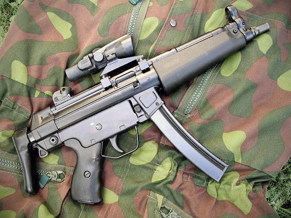 (좌)MP5로 무장한 말레이시아 경찰 <출처 : http://commons.wikimedia.org/> (우) MP5로 무장한 터키 국가헌병대 대원 <출처 : http://en.wikipedia.org>